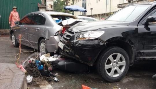 Hà Nội: Tai nạn liên hoàn trên phố Phương Mai, nhiều người bị thương