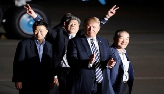 Tổng thống Trump đích thân đón ba tù nhân Mỹ được Triều Tiên phóng thích