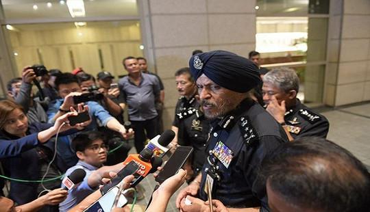 Cảnh sát Malaysia huy động thợ khóa phá két thu 72 bao tiền tại nhà cựu Thủ tướng