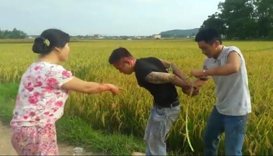 """Dân làng vây bắt nhóm côn đồ thu tiền """"bảo kê"""" máy gặt lúa"""