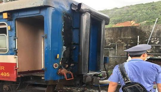 Tàu hỏa đang chạy, toa hành khách bất ngờ bốc cháy