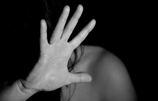 Ngủ chung giường, bé gái 12 tuổi bị anh họ hiếp dâm
