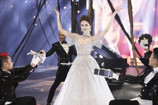 """""""Nữ hoàng nội y"""" Ngọc Trinh hoá công chúa lọ lem trong show diễn của NTK Đỗ Long"""