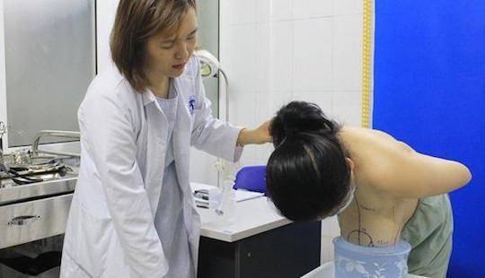 Người phụ nữ khốn khổ vì khó thở, lệch cột sống do bộ ngực to gấp 6 lần