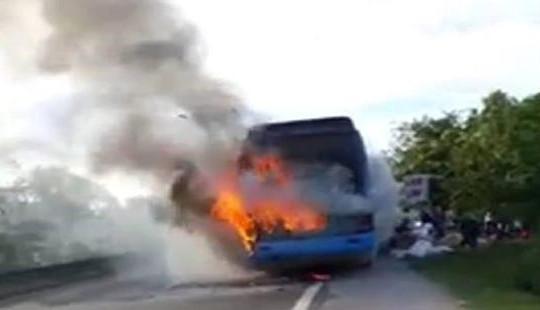 Xe khách bốc cháy dữ dội khi đang lưu thông