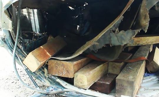 Lật xe chở gỗ giữa rừng, 2 người tử vong