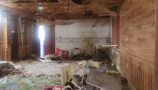 Một gia đình bị ném mìn vào nhà khi đang xem bóng đá