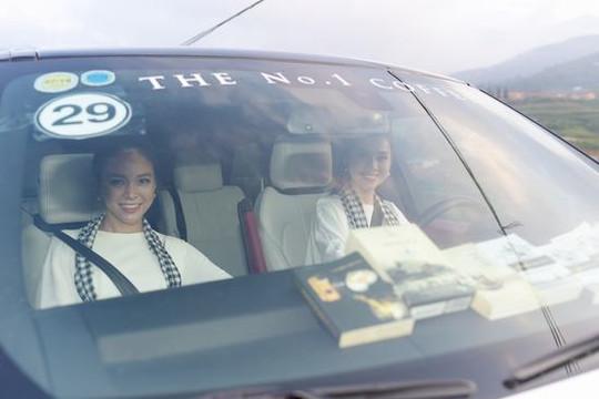 Á hậu Hoàng My lái siêu xe chở Á hậu Mâu Thủy đi tặng sách