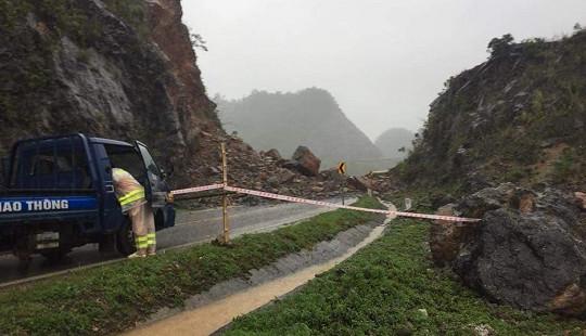 Nhiều tuyến đường huyết mạch tại Hòa Bình, Sơn La sạt lở do mưa lũ