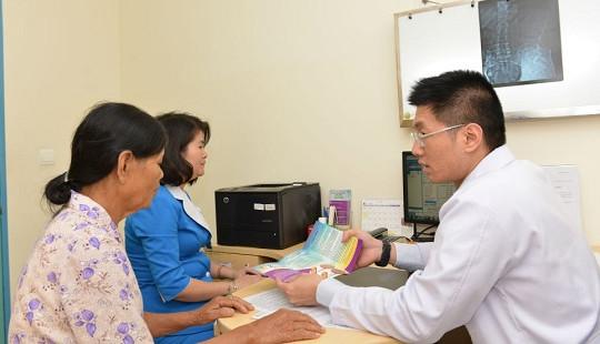 Suýt tàn phế vì chữa viêm khớp bằng phương pháp dân gian