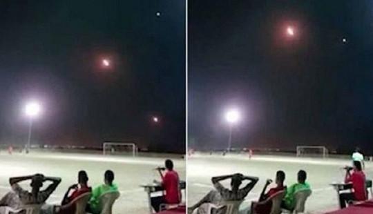 Tên lửa đánh chặn bay qua đầu, vẫn bình thản ngồi xem bóng đá