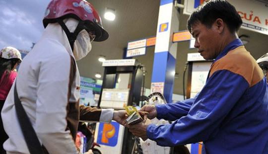 Tiếp tục giữ nguyên giá xăng, giảm giá dầu
