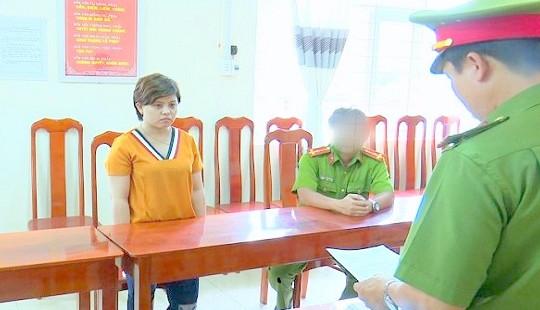 Khởi tố, tạm giam 2 tháng với bảo mẫu hành hạ trẻ