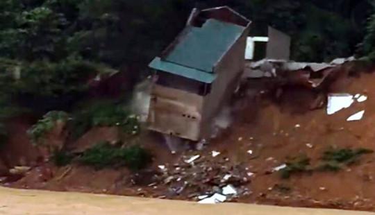 Nhà 2 tầng đổ sập xuống sông do sạt lở đất đá