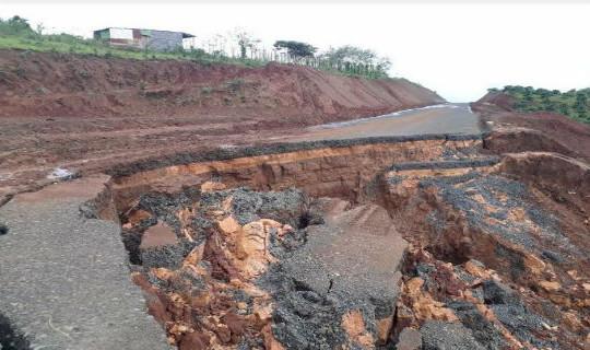 """Cận cảnh những """"dấu vết lạ"""" trên tuyến đường tránh Pleiku đang xây dựng"""
