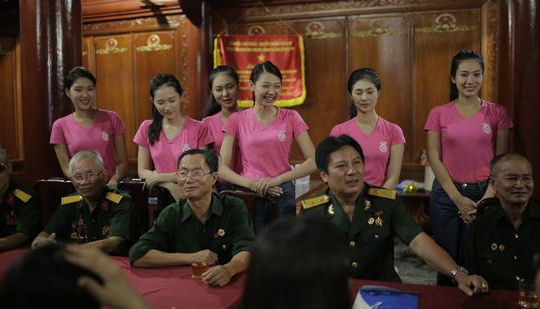 """Thí sinh Hoa hậu Việt Nam thắp sáng 11.000 """"trái tim hồng"""" tại nghĩa trang Việt-Lào"""