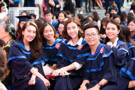 Hoa hậu Đỗ Mỹ Linh rạng rỡ nhận bằng tốt nghiệp