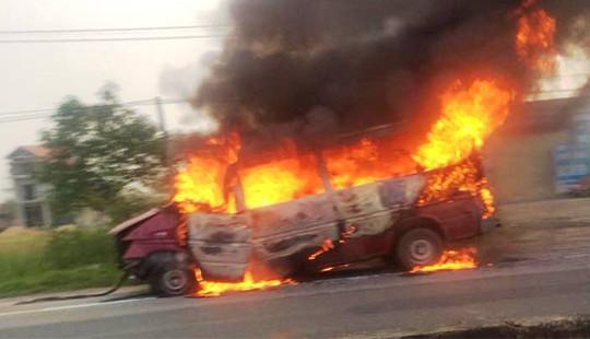 Xe khách tông vào dải phân cách, 2 vợ chồng bị thương