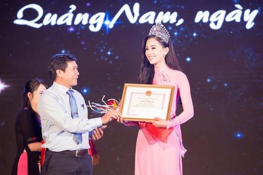 Hoa hậu Trần Tiểu Vy được lãnh đạo Quảng Nam tặng giấy khen