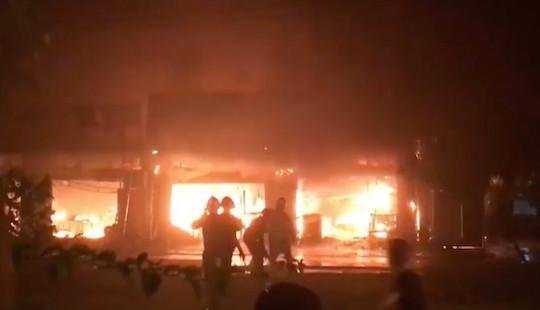 Hà Nội: Cháy lớn thiêu rụi dãy nhà, người dân hốt hoảng bỏ chạy