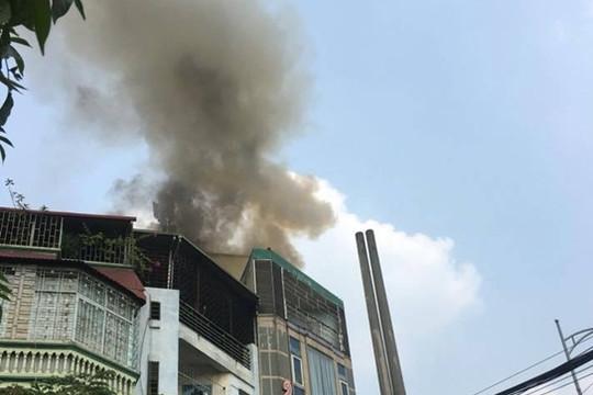 Quán karaoke trên phố Hào Nam cháy dữ dội giữa trưa