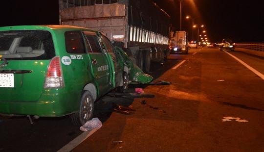 Xe taxi tông đuôi xe tải, 3 người tử vong tại chỗ