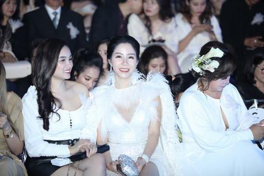 Á hậu Lương Thanh Lan diện váy xẻ khoe chân dài miên man