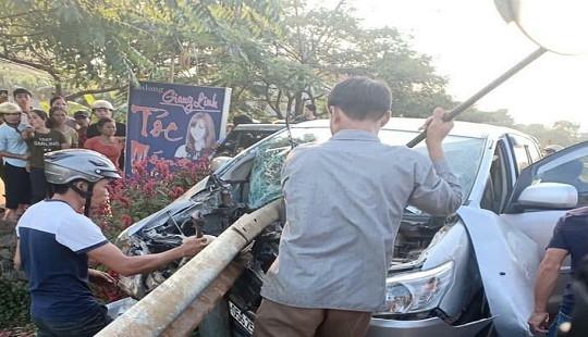 Xe Innova mất lái, đâm xuyên dải hộ lan khiến nhiều người thương vong