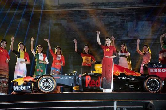 Khách quốc tế thích thú BST áo dài Đỗ Trịnh Hoài Nam tại lễ công bố giải F1 tại Hà Nội