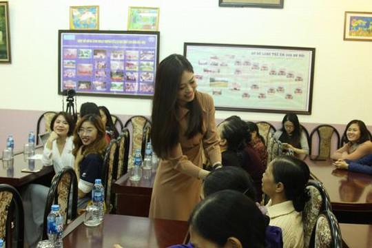 Á hậu Phương Nga diễn viên Lan Phương trao quà cho các nữ giáo viên trường SOS