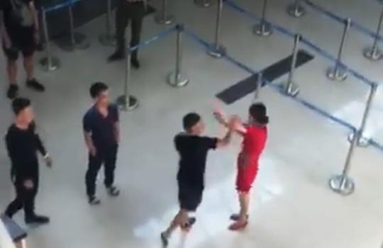 Vụ nhân viên hàng không bị hành hung tại sân bay: Do từ chối chụp ảnh cùng