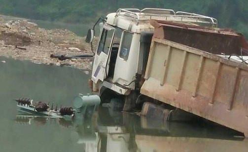 Nhiều ô tô máy móc bị nhấn chìm do thủy điện tích nước