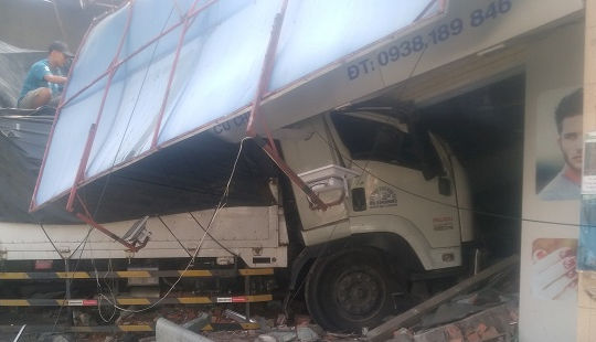 Xe tải nổ lốp, mất lái tông sập 2 căn nhà