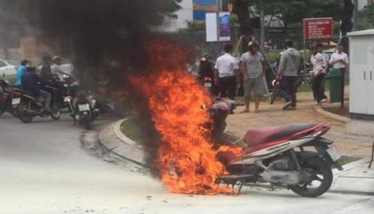 Cô gái trẻ bất lực nhìn xe máy bị cháy rụi trơ khung