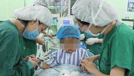 Từ nốt đỏ xuất hiện trên ngực, người mẹ phát hiện con gái 3 tuổi bị ung thư vú