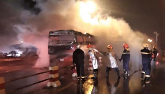 Xe khách giường nằm cháy trơ khung trên cầu Thanh Trì