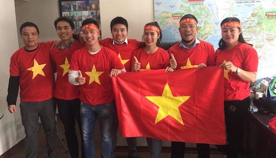 """Cờ Tổ quốc """"nhuộm đỏ"""" phố phường trước thềm chung kết AFF Cup 2018"""