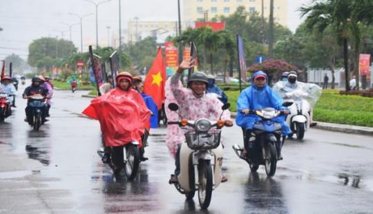 Người dân Quảng Nam đội mưa cổ vũ chung kết AFF Cup 2018