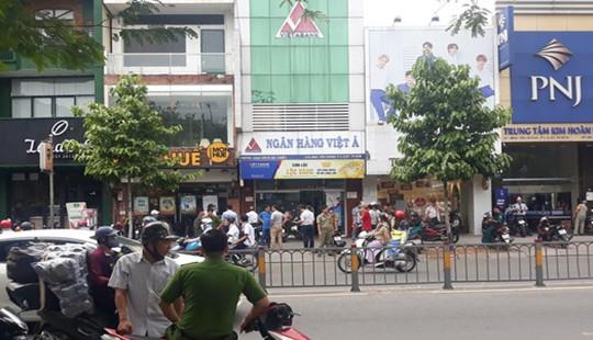 Vụ cướp chi nhánh Ngân hàng Việt Á: Nghi phạm đốt xe máy rồi tẩu thoát