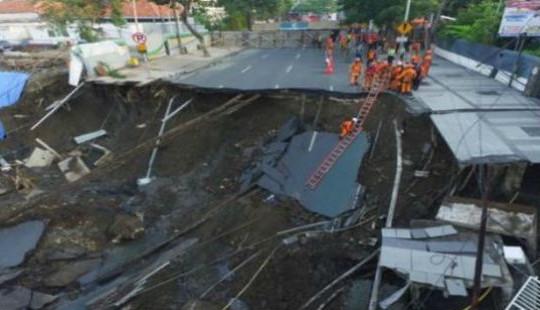 """Hổ tử thần """"nuốt"""" trọn mặt đường thành phố lớn thứ hai của Indonesia"""