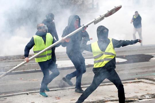 """Pháp: """"Áo vàng"""" phá hỏng tiệc cuối năm"""