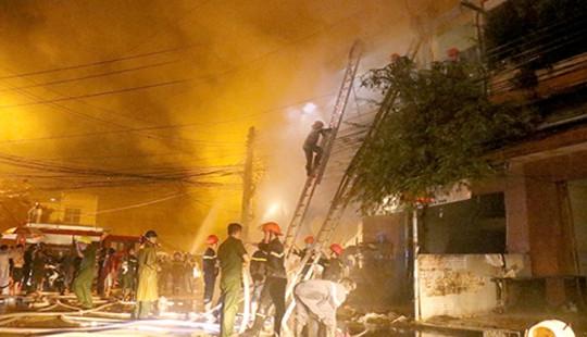 Khánh Hòa: Cửa hàng tạp hóa cháy ngùn ngụt trong đêm