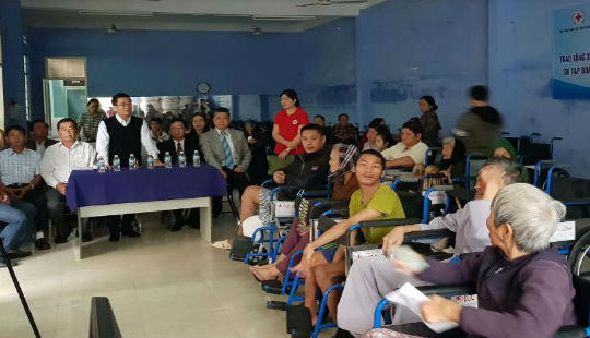 Các doanh nghiệp trao quà cho bà con nghèo tỉnh Ninh Thuận