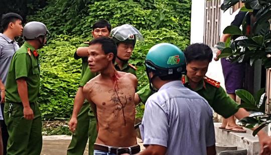 Kẻ ngáo đá ôm bình gas 12kg cố thủ sau khi cướp xe máy