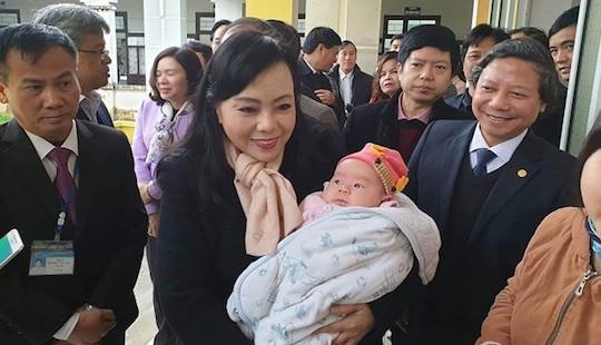 Bộ trưởng Y tế: Trẻ tiêm vắc xin có phản ứng mới tốt