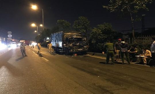 Ôtô tải tông đuôi xe container, 3 người thương vong