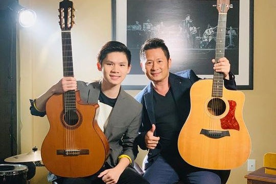 Con trai 16 tuổi đệm guitar cho Bằng Kiều hát
