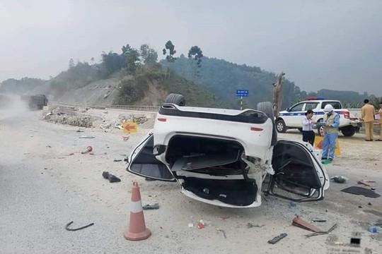 Xe ôtô lật ngửa giữa cao tốc Nội Bài - Lào Cai