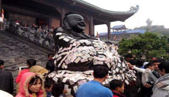 Nhét tiền cho Phật, một hành vi phản cảm