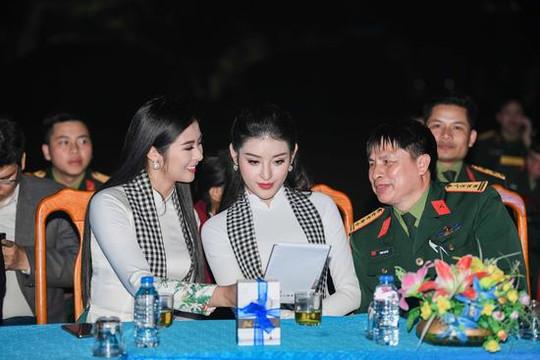 Ngọc Hân, Huyền My mặc áo dài đẹp dịu dàng bên các chiến sĩ TP. Vinh